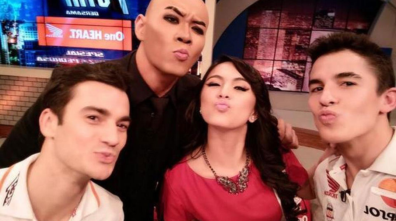 Una presentadora de la televisi�n indonesia flirtea con Marc M�rquez en directo