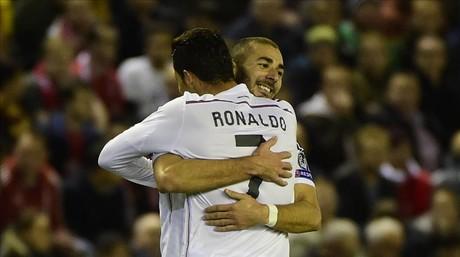 Ronaldo y Benzema festejan uno de los goles al Liverpool.