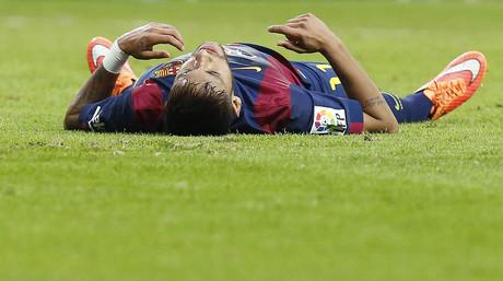 Neymar, tendido sobre el c�sped del Bermab�u, durante el cl�sico