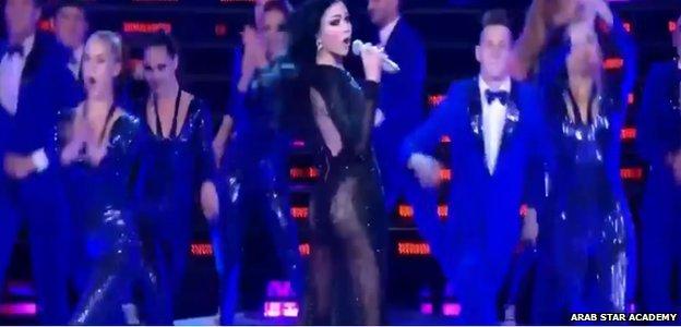 Actuaci�n de Haifa Wehbe en Star Accademy que ha levantado una gran pol�mica por el vestido que llevaba.