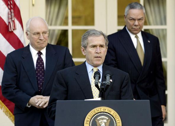 George Bush, flanqueado por el entonces vicepresidente Dick Cheney (izquierda) y el secretario de Estado Colin Powell, en marzo del 2002.