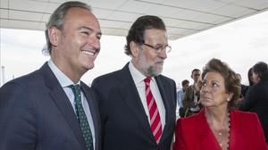 Mariano Rajoy entre Alberto Fabra y Rita Barberá, este martes en Valencia.
