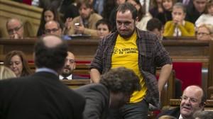 David Fernández, amb una samarreta a favor de lescola pública, en el ple de constitució del Parlament, el 17 de desembre del 2012.