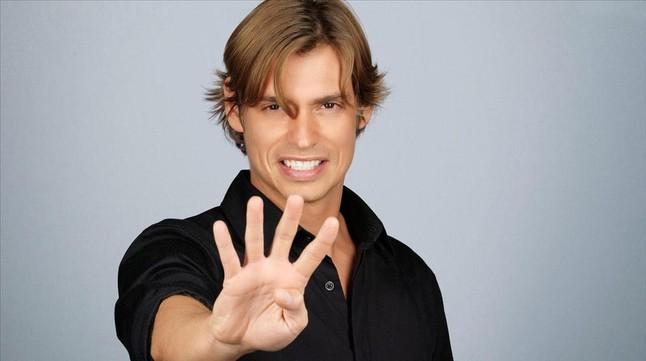 Carlos Baute protagoniista del calendario Salerm Cosmetics