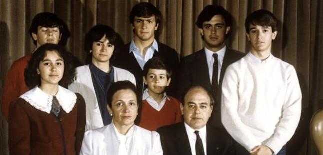 Jordi Pujol y Marta Ferrusola posan junto a sus hijos.