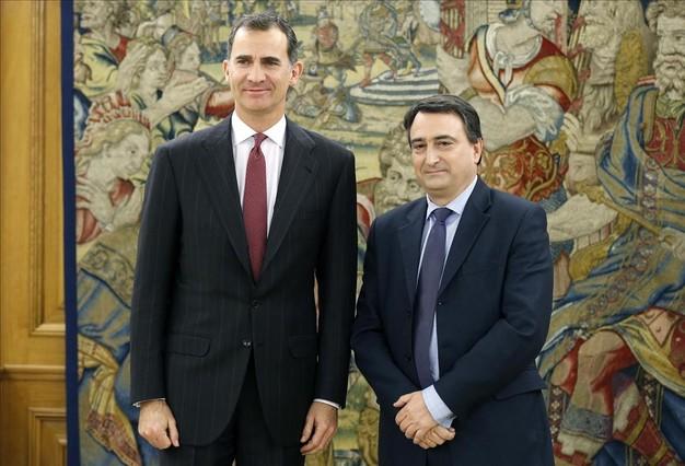 El Rey Felipe VI, con el portavoz del PNV, Aitor Esteban, en la ronda de conversaciones sobre la investidura.