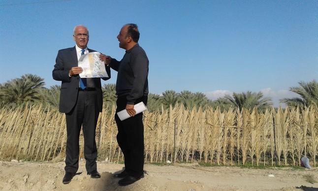 El secretario general de la OLP, Saeb Erekat, sujeta un mapa junto a un experto en asentamientos ante tierra confiscada en Jericó.