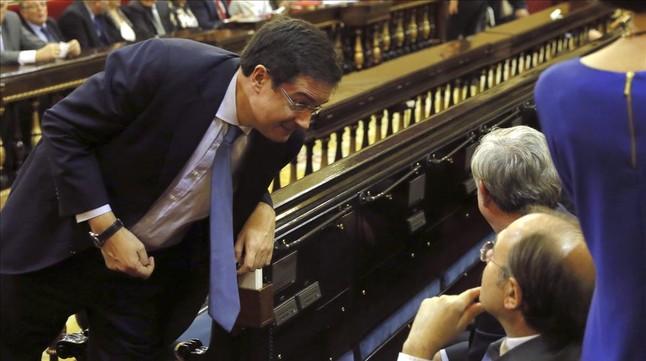 Óscar López conversa con el presidente del Senado, Pío García-Escudero, el pasado 14 de enero.