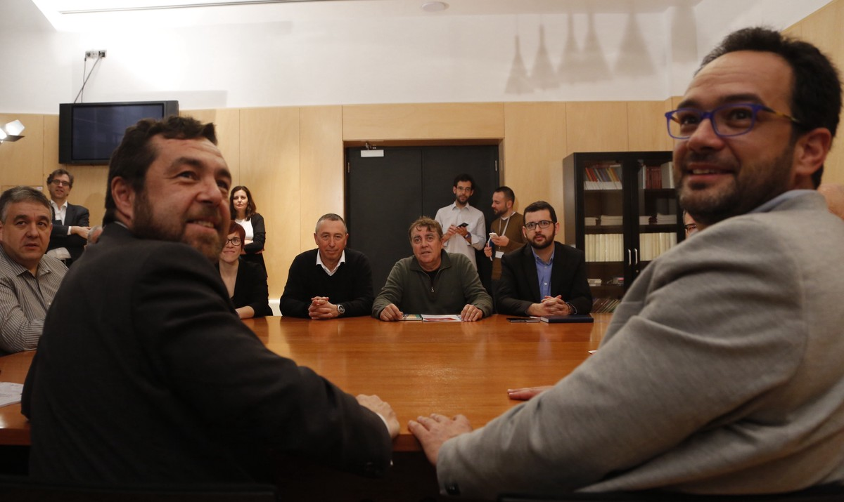 Imagen de la reunión que han mantenido los negociadores de PSOE, Ciudadanos y Compromís, este miércoles en el Congreso.