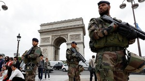 fcasals34265988 chinese tourists take group pictures as french army soldiers161009130537