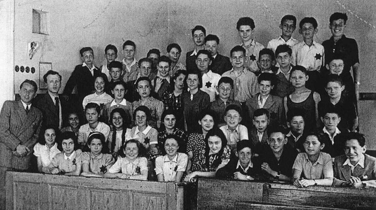 Los compañeros de clase de Peter (primero a la derecha de la segunda fila), con la estrella de David, en el campo nazi de Terezin; solo nueve sobrevivieron al exterminio.
