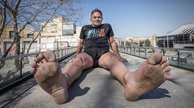 LEnric corre la Marató de Barcelona descalç