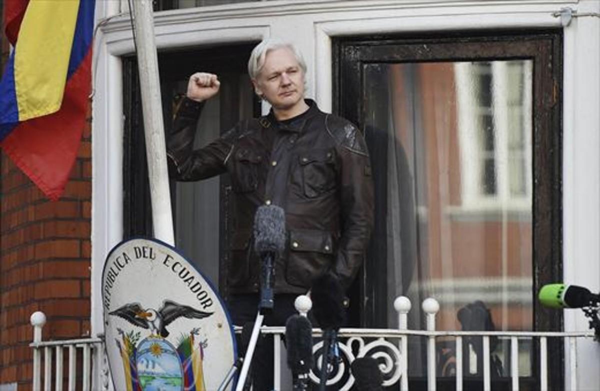 Protegido 8Assange saluda desde la embajada ecuatoriana, ayer.