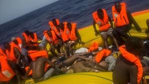 Imágenes de la barcaza rescatada por Proactiva en Libia en la que se han hallado 13 cadáveres de inmigrantes.