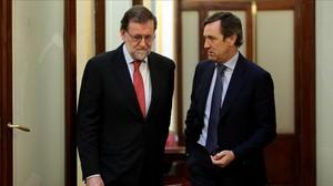 Mariano Rajoy conversa con Rafael Hernando en los pasillos del Congreso, el pasado mes de julio.