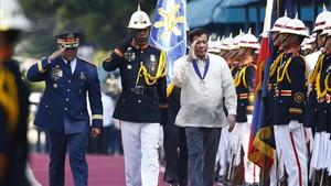 Duterte (derecha) y el jefe de policía de Filipinas, Ronald dela Rosa, durante una ceremonia con motivo del 116 aniversario del servicio policial, en Quezon City, cerca de Manila, el 9 de agosto.