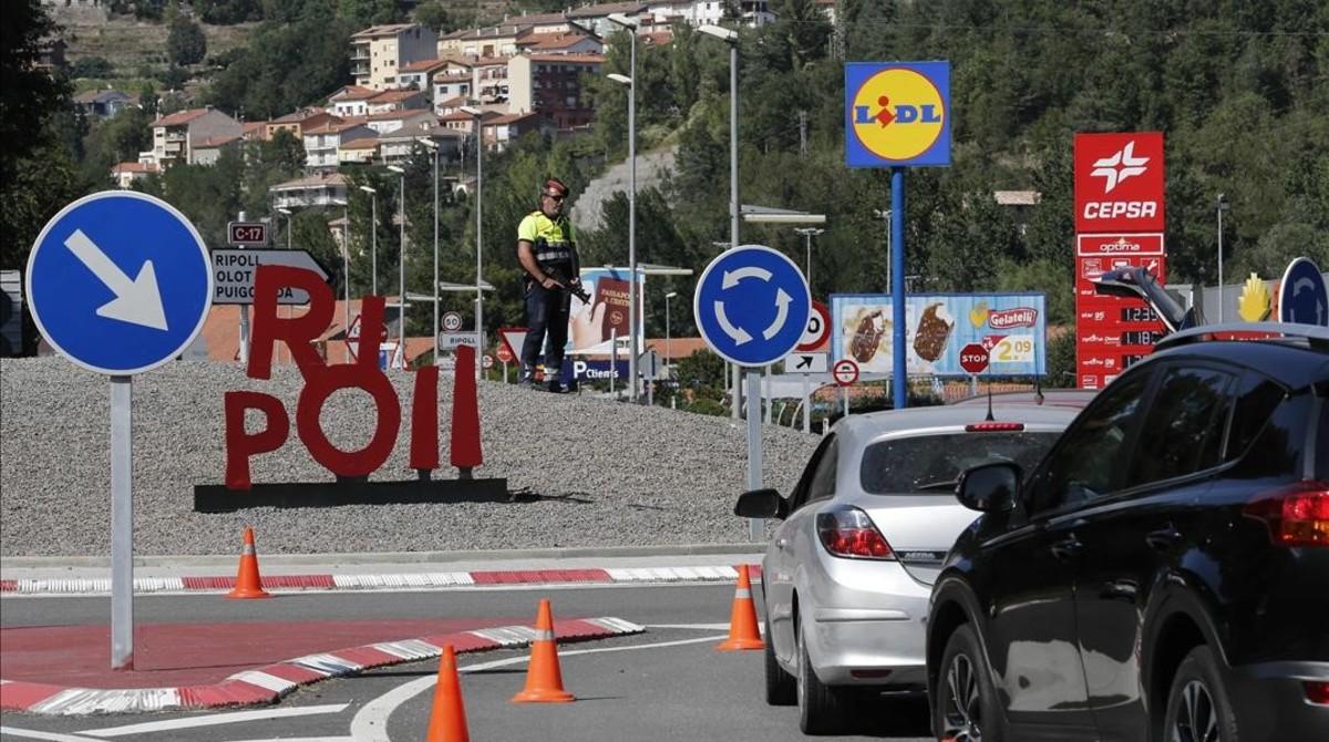Control de los Mossos a la entrada de Ripoll, este domingo.