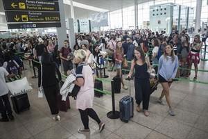 Colas en el aeropuerto de Barcelona-El Prat, el lunes.
