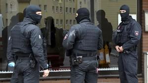 zentauroepp37665397 german special police forces outside a muslim prayer room in171010103113