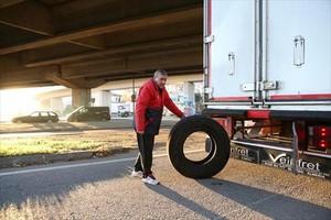 El conductor de uno de los camiones afectados, en Mollet del Vallès.