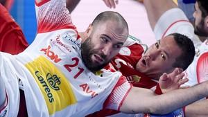 Joan Cañellas rueda por los suelos con el húngaro Timuzsin Schuch.