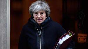 May abandona el número 10 de Downing Street, en dirección a la Cámara de los Comunes, en Londres, el 17 de enero.