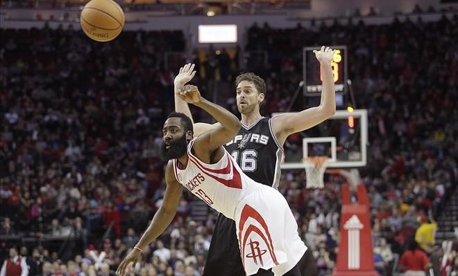 Ni el buen partido de Harden pudo vencer a los Spurs, que siguen ganando fuera de casa.