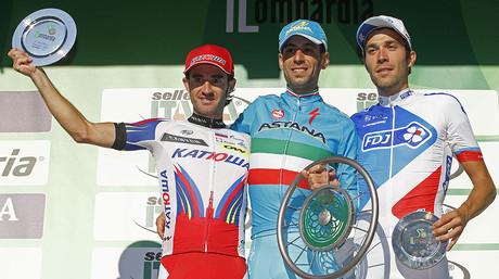 El ciclista italiano Vincenzo Nibali, ganador de la cl�sica de Lombard�a, escoltado por el espa�ol Daniel Moreno, segundo, y el franc�s Thibaut Pinault, tercero, este domingo en Como