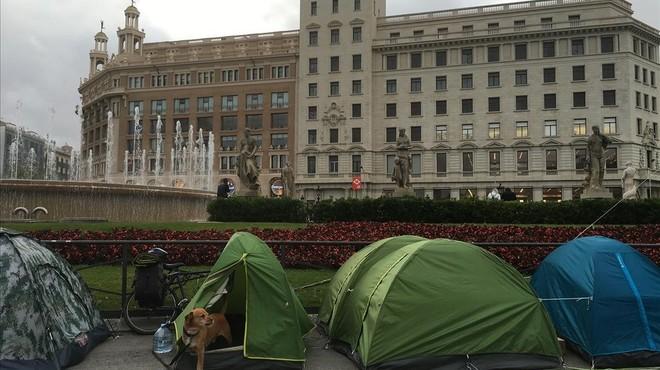Els indignats tornen tímidament a la plaça de Catalunya en vigílies del 15-M