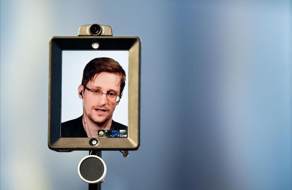 Edward Snowden, ex agente de la CIA, pronuncia un discurso por videoconferencia durante el debate en las Conferencias de Estoril, Portugal.