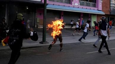 Un hombre huye en llamas tras seracusadode robar durante una manifestación contra el presidente de Venezuela, Nicolás Maduroen Caracas Venezuela.