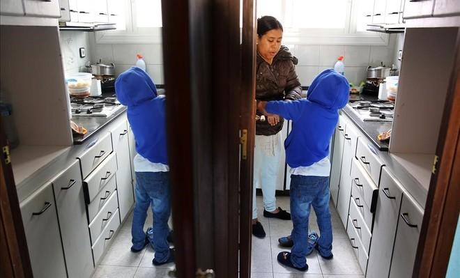 Una mujer amenazada de desahucio con su hijo, en un piso de Ciutat Meridiana.