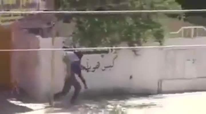 Momento en que un militar iraqu� cae abatido al intentar salvar a un ni�o de los disparos de un francotirador.