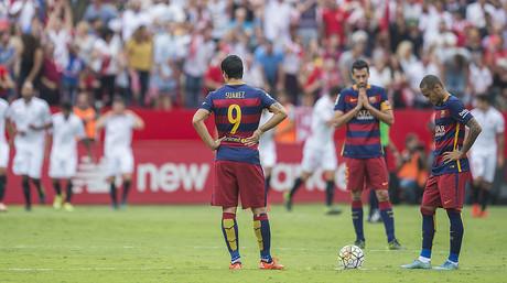 Neymar, Su�rez i Busquets, abatuts mentre els jugadors del Sevilla celebren el segon gol del seu equip.
