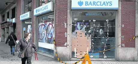 La oficina de Barclays de la calle de Cal�bria precintada por la polic�a, ayer.