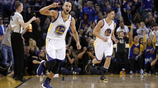 Stephen Curry hizo un triple de ocho metros que culminaría una primera parte decisiva ante los Cavaliers.