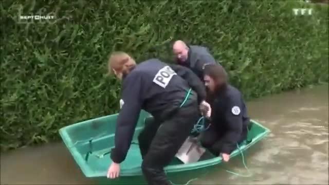 La ridícula actuació de tres policies francesos en una barqueta durant les inundacions