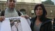 José Antonio Sánchez, el hermano de Óscar, y su esposa reclaman su libertad ante la cárcel de Poggioreale el pasado 8 de diciembre.