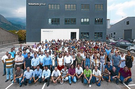 Celebracin 8 Foto de grupo de los trabajadores de Taurus.
