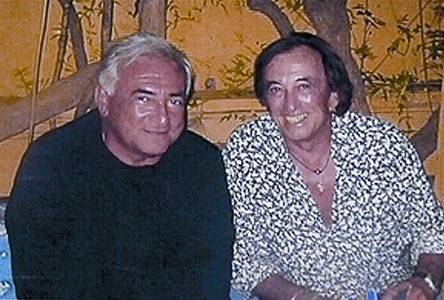 Strauss-Kahn y Fran�ois Bessi�re, amo del Caf� Tropical, que ha colgado estas fotos en su bar.