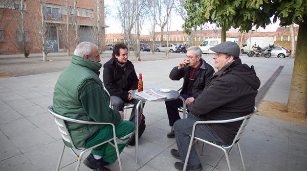 Cuatro amigos debaten sobre el papel de los ciudadanos en la limpieza del sistema.