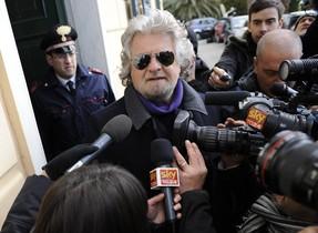 El c�mico Beppe Grillo habla con la prensa tras depositar su voto este lunes en G�nova.