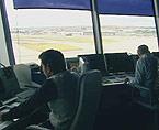 AENA expedienta a cinco controladores de Barajas por cantar por la frecuencia de radio a un piloto que se jubilaba.