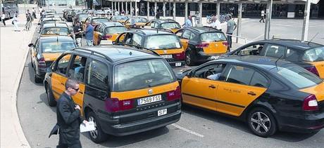 Varias hileras de taxis esperan su turno para encochar en la parada de Sants, el 26 de septiembre.