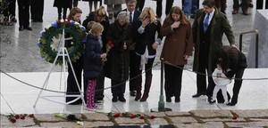 Miembros de la familia Kennedy rinden homenaje a JFK ante su tumba, en el cementerio de Arlington, este viernes.