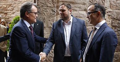Artur Mas saluda a Oriol Junqueras, junto a Jordi Turull, en Cardona, este domingo.