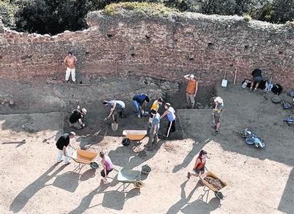 Treballs d'excavaci� al castell de Montsoriu, que ja es troba obert al p�blic.