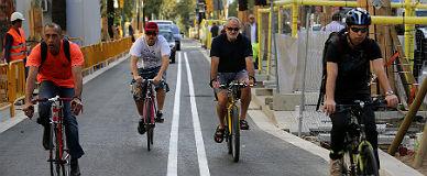 Cuatro ciclistas toman todo el carril de la Diagonal, en obras, en uno de los tramos en los que vial ciclista es m�s estrecho, el mi�rcoles.