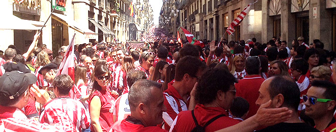 Aficionados del Athletic, en la calle Ferran de Barcelona.