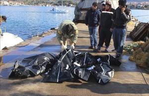 Víctimas de un naufragio en el Egeo el jueves.